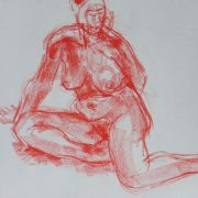 Laetitia assise en rouge