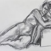 Femme allongée accoudée à un tabouret
