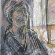 Geneviève posant près de la fenêtre