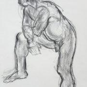 Modèle debout corps en appui sur sa jambe droite