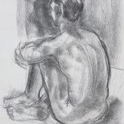 Quentin assis au sol de dos